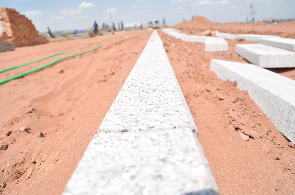 水泥稳定碎石施工  施工放样:在基底层确定基准桩